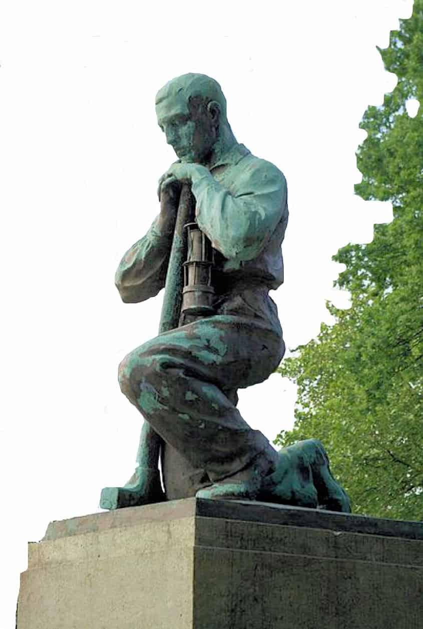 Im Gedenken an das Grubenunglückauf auf Radbod im Jahre 1908, wo 349 Bergleute aufgrund einer Schlagwetterexplosion zu Tode kamen, erinnert heute noch  der knieende Bergmann in Bockum-Hövel an das Unglück
