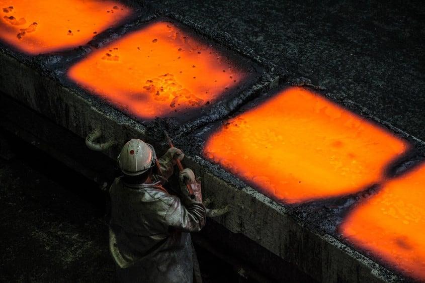 Stahlwerk Duisburg mit Arbeiter