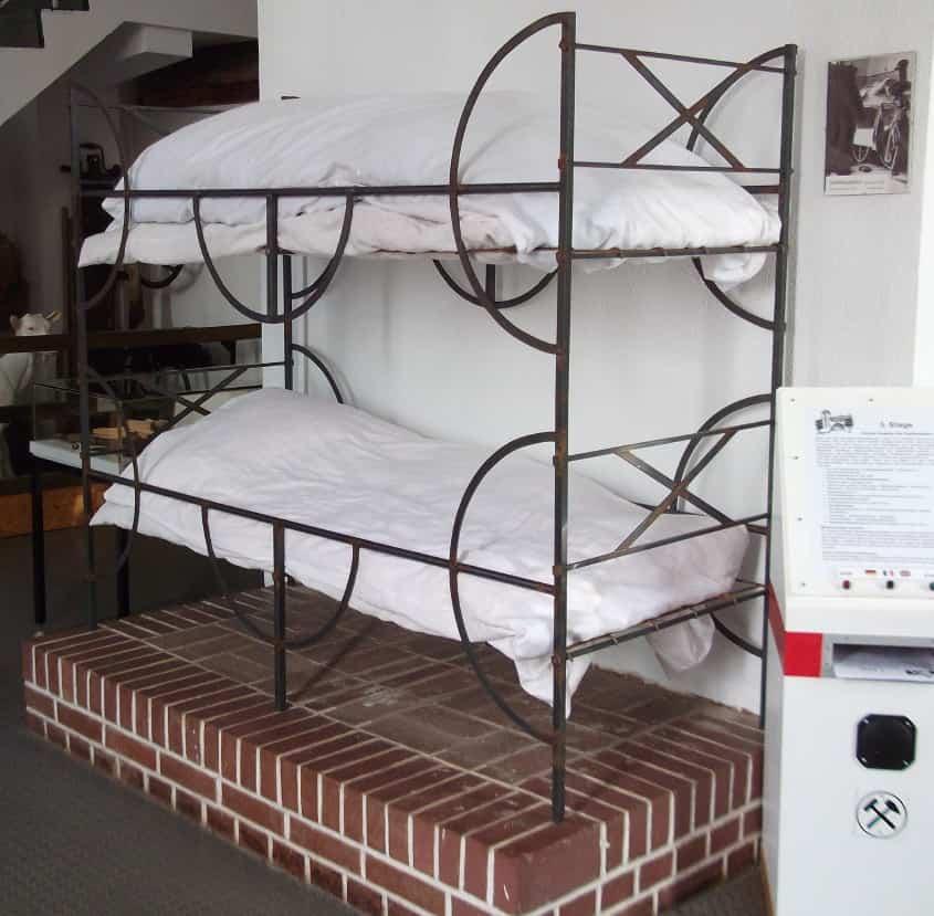 etagenbett aus einem ledigenheim für bergjungmaenner