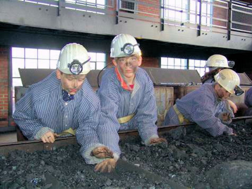 Kinder am Kohleleseband auf Zollern