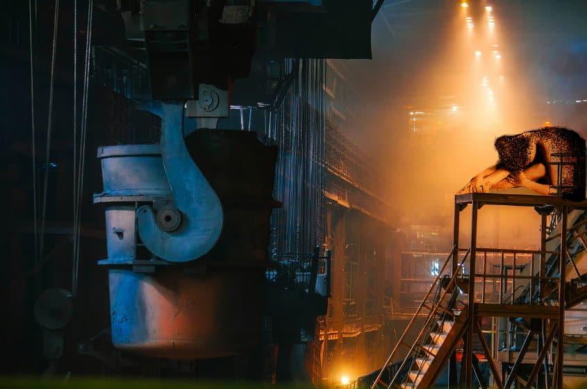 Stahlwerk Duisburg mit sexy Frau